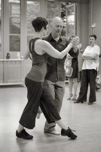 La marche de la femme dans le tango